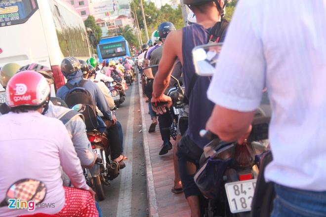 Ben xe Mien Tay, san bay Tan Son Nhat dong nghit nguoi di nghi le 30/4 hinh anh 16