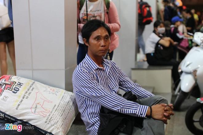 Ben xe Mien Tay, san bay Tan Son Nhat dong nghit nguoi di nghi le 30/4 hinh anh 21