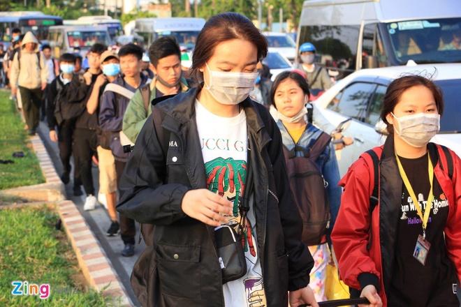 Ben xe Mien Tay, san bay Tan Son Nhat dong nghit nguoi di nghi le 30/4 hinh anh 19