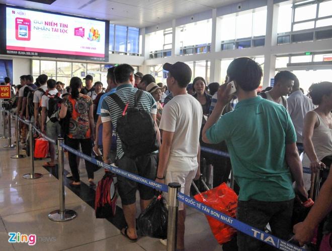 Ben xe Mien Tay, san bay Tan Son Nhat dong nghit nguoi di nghi le 30/4 hinh anh 13