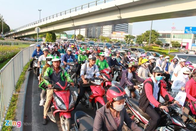 Ben xe Mien Tay, san bay Tan Son Nhat dong nghit nguoi di nghi le 30/4 hinh anh 8