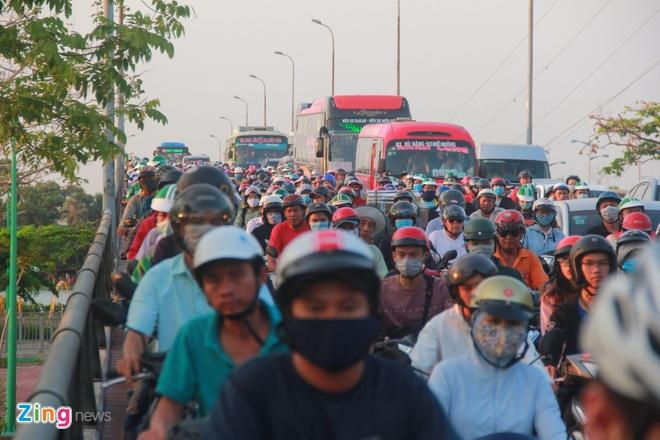 Ben xe Mien Tay, san bay Tan Son Nhat dong nghit nguoi di nghi le 30/4 hinh anh 17