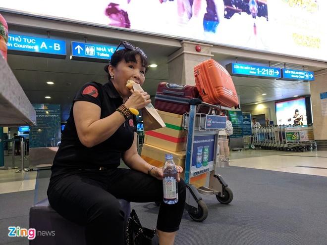 Ben xe Mien Tay, san bay Tan Son Nhat dong nghit nguoi di nghi le 30/4 hinh anh 15