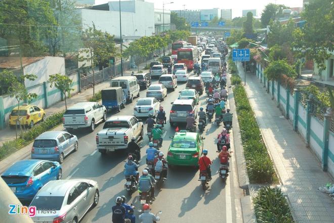 Ben xe Mien Tay, san bay Tan Son Nhat dong nghit nguoi di nghi le 30/4 hinh anh 9