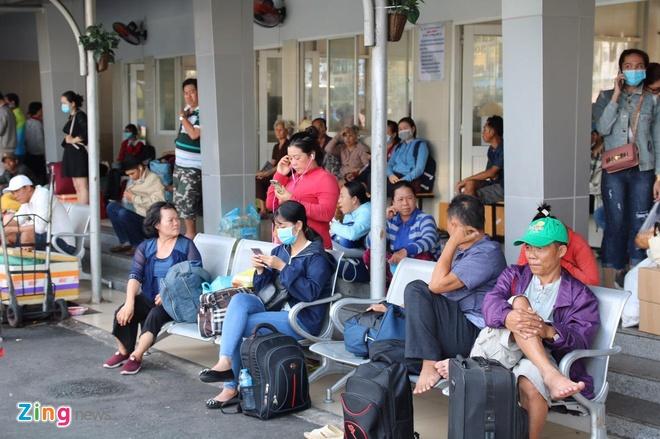 Ben xe Mien Tay, san bay Tan Son Nhat dong nghit nguoi di nghi le 30/4 hinh anh 2