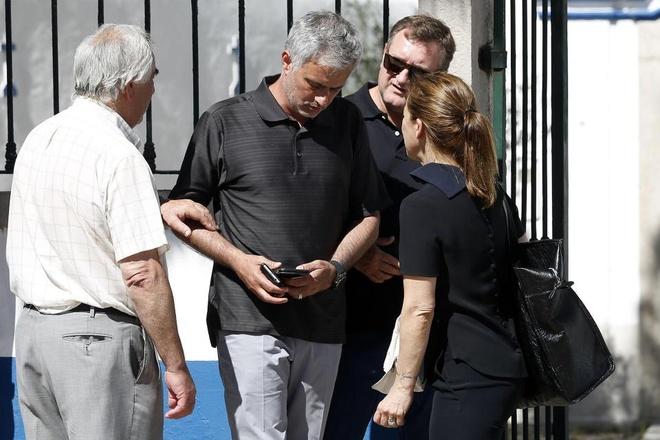 Mourinho bat khoc trong dam tang cha anh 1