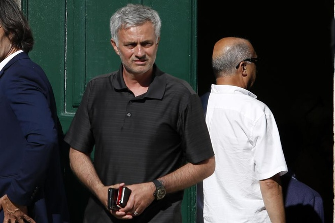 Mourinho bat khoc trong dam tang cha anh 6
