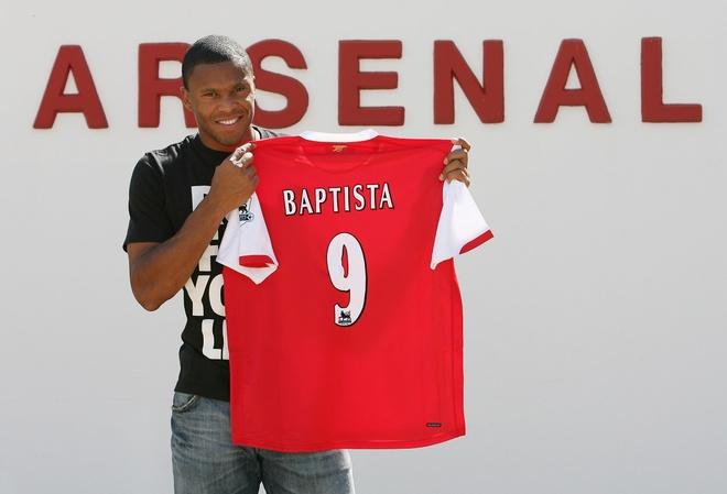Podolski, Lucas Perez va loi nguyen ao so 9 o Arsenal hinh anh 6