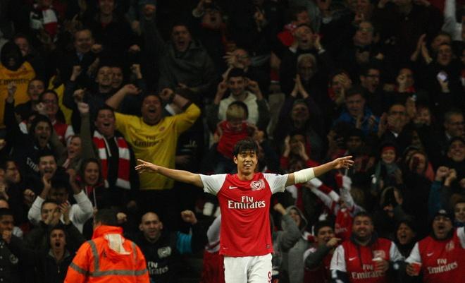 Podolski, Lucas Perez va loi nguyen ao so 9 o Arsenal hinh anh 8