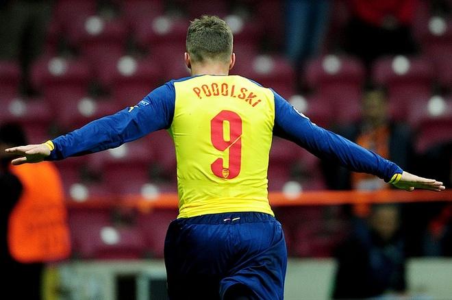 Podolski, Lucas Perez va loi nguyen ao so 9 o Arsenal hinh anh 9