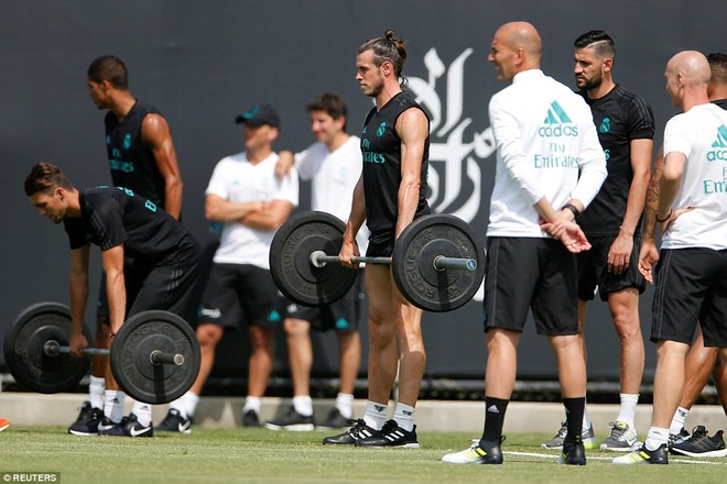 Gareth Bale khoe co bap trong buoi tap hinh anh 5