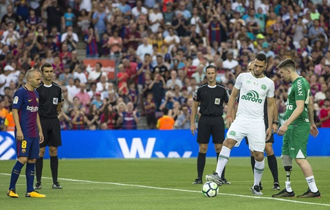 Neymar bi fan chui rua trong tran giao huu cua Barca hinh anh 1
