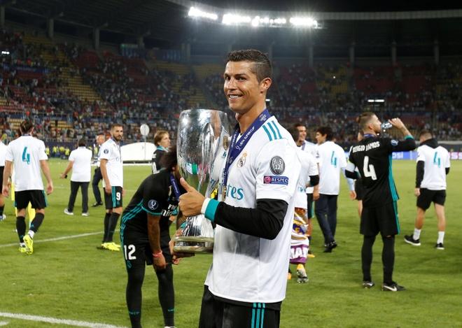 Ronaldo khoac vai Mourinho, an mung phan khich sau chuc vo dich hinh anh 17