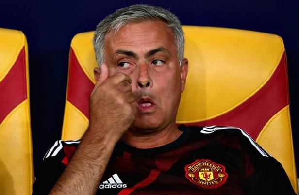 Mourinho mia mai Ronaldo, tang huy chuong ve nhi cho khan gia hinh anh