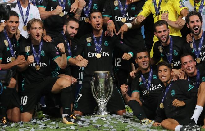 Ronaldo khoac vai Mourinho, an mung phan khich sau chuc vo dich hinh anh 16