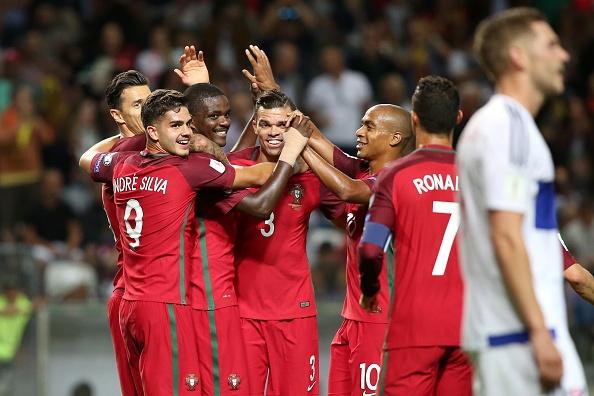 Ronaldo lap hat-trick, Bo Dao Nha thang dam tai vong loai World Cup hinh anh 6