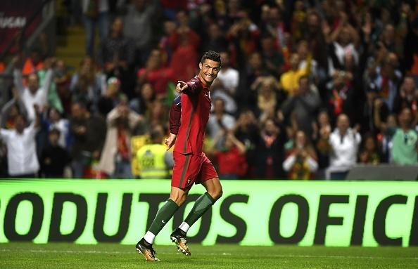 Ronaldo lap hat-trick, Bo Dao Nha thang dam tai vong loai World Cup hinh anh 7