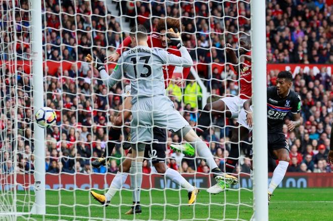 Fellaini lap cu dup tam dua MU len ngoi dau Premier League hinh anh 27