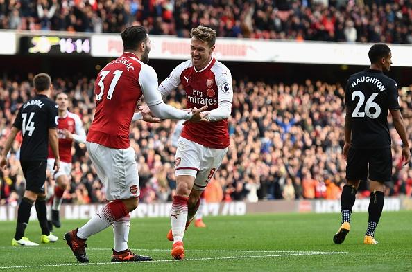 Arsenal 2-1 Swansea: 'Xe tang' khai hoa hinh anh 17