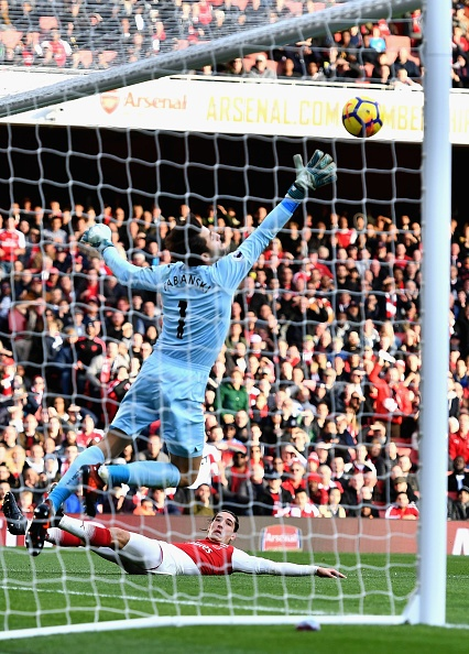 Arsenal 2-1 Swansea: 'Xe tang' khai hoa hinh anh 19
