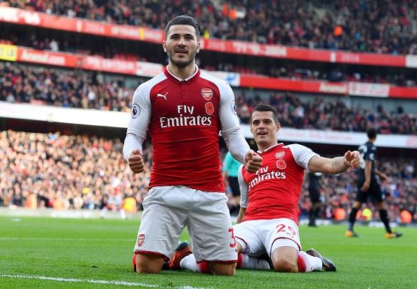 Arsenal 2-1 Swansea: 'Xe tang' khai hoa hinh anh 1