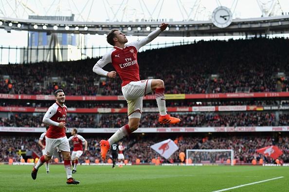 Arsenal 2-1 Swansea: 'Xe tang' khai hoa hinh anh 18