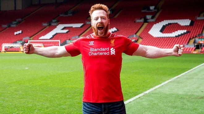 Cap do vat mac ao Liverpool gianh dai vo dich WWE hinh anh