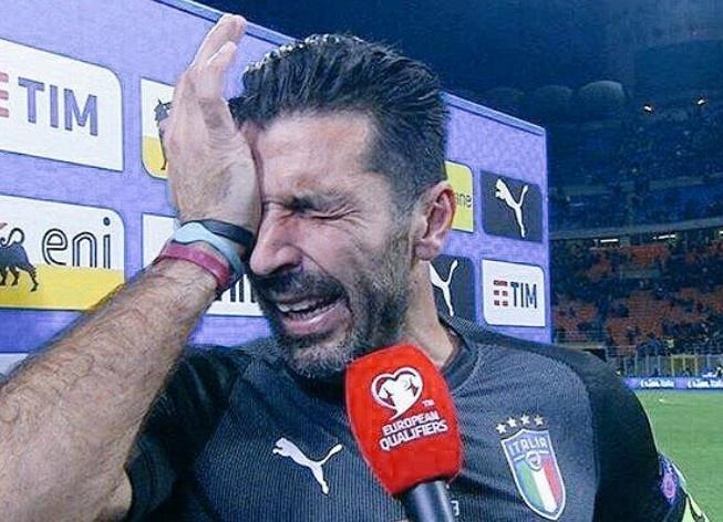 Buffon bat khoc, cau thu Italy nga guc sau that bai hinh anh