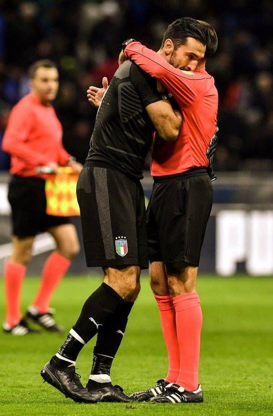 Buffon bat khoc, cau thu Italy nga guc sau that bai hinh anh 6