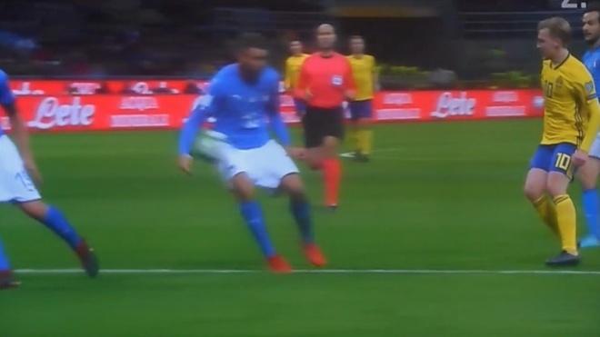 Duoc bo qua 2 qua penalty, Italy van khong the thang Thuy Dien hinh anh 3