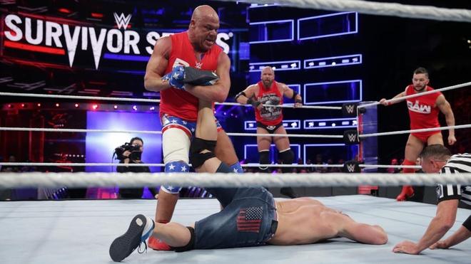 John Cena bi ha chong vanh trong lan tai xua anh 6