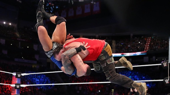 John Cena bi ha chong vanh trong lan tai xua anh 9