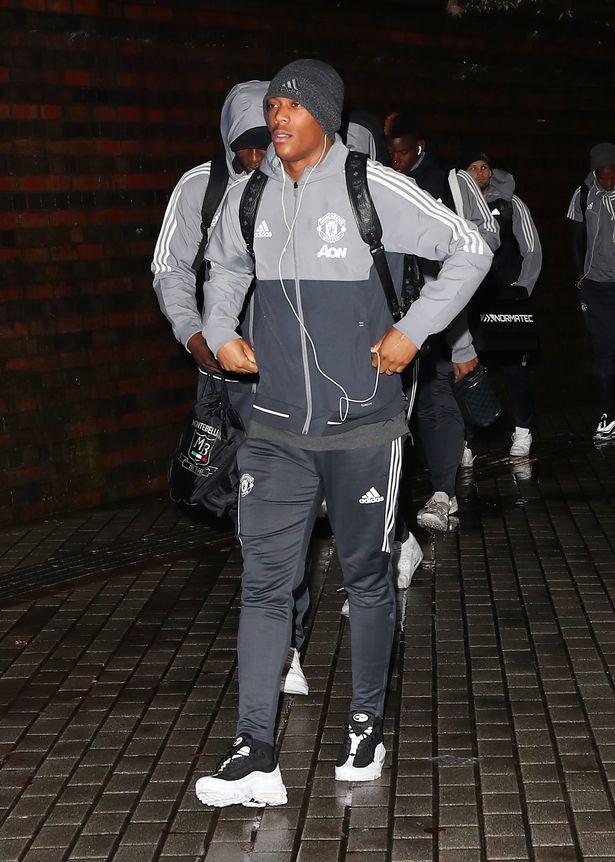 Mkhitaryan lai bi gat khoi doi hinh Man Utd anh 2