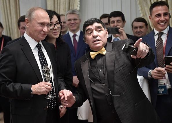 Maradona luon deo 2 dong ho trong cac su kien anh 7