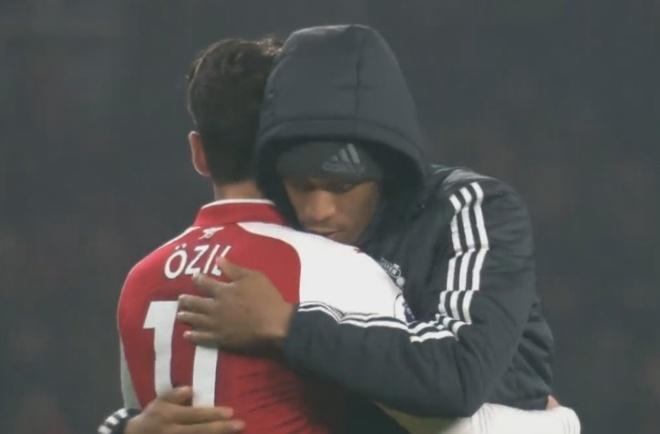 Mung MU thang tran, ngay Oezil roi Arsenal khong con xa hinh anh