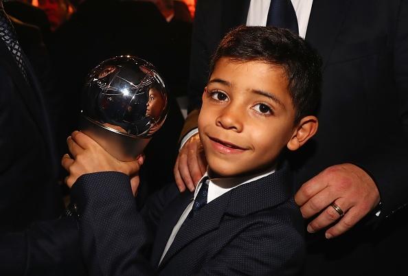 Con trai Ronaldo nhan nhu Messi truoc them le trao bong vang hinh anh