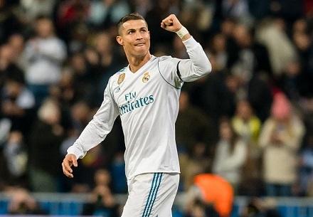 Sut xa ghi ban ha Dortmund, Ronaldo di vao lich su cup chau Au hinh anh