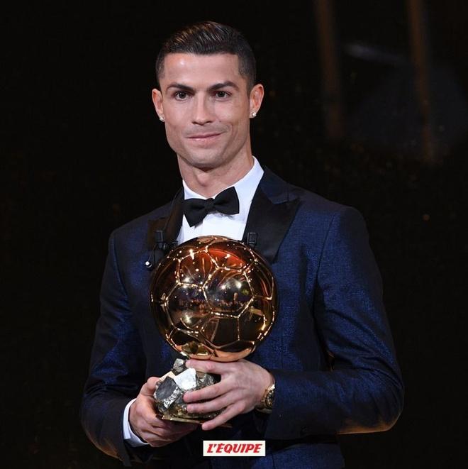 Ronaldo gianh Qua bong vang thu 5, can bang ky luc cua Messi hinh anh 56