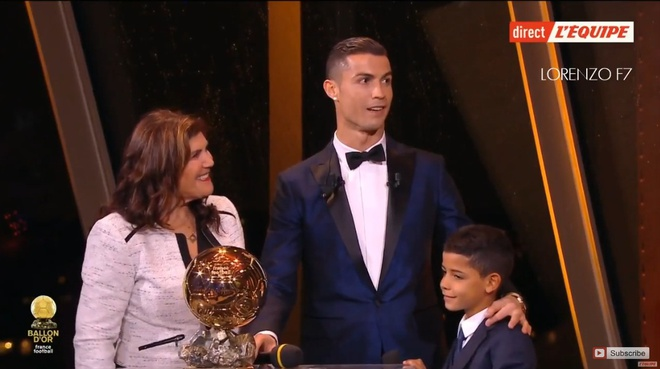 Ronaldo gianh Qua bong vang thu 5, can bang ky luc cua Messi hinh anh 49