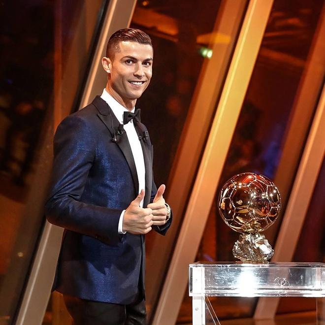 Ronaldo gianh Qua bong vang thu 5, can bang ky luc cua Messi hinh anh 48