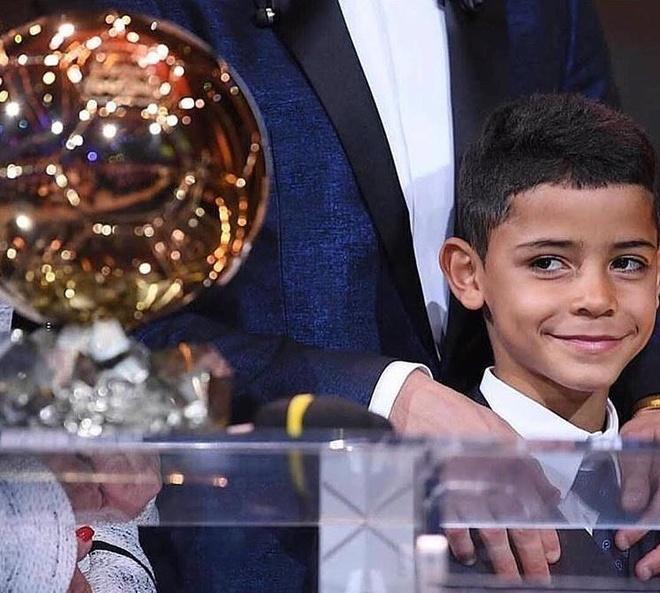 Ronaldo khoe Qua bong vang thu 5 truoc dai chien Sevilla hinh anh 8