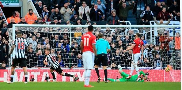 Mourinho goi cau thu Newcastle la dong vat anh 1