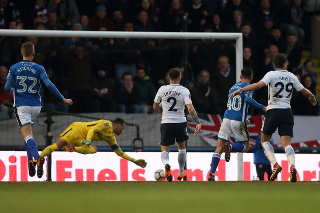 Harry Kane lap cong, Tottenham van phai da lai FA Cup voi doi hang 2 hinh anh 4
