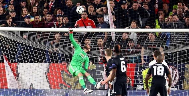 De Gea sanh ngang Van Der Sar sau man giai cuu Man Utd hinh anh 5