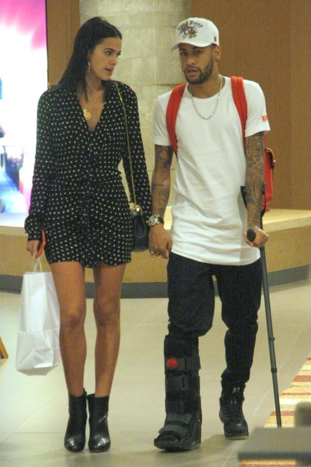 Tu choi tro lai Paris, Neymar chong nang mua sam cung ban gai hinh anh 1