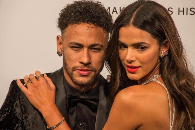 Tu choi tro lai Paris, Neymar chong nang mua sam cung ban gai hinh anh 4