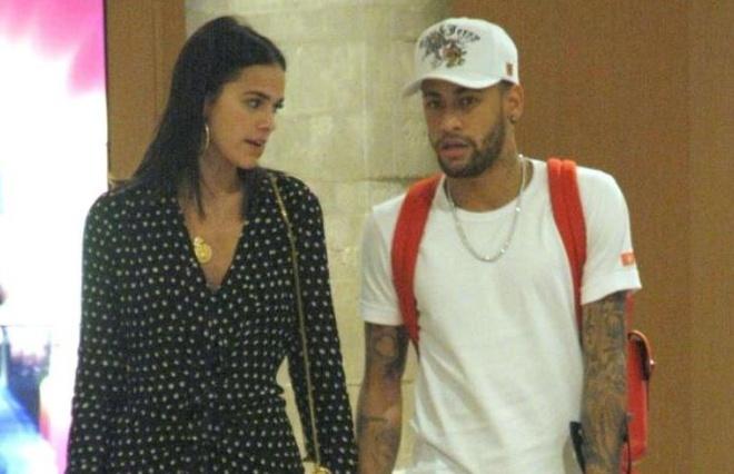 Tu choi tro lai Paris, Neymar chong nang mua sam cung ban gai hinh anh