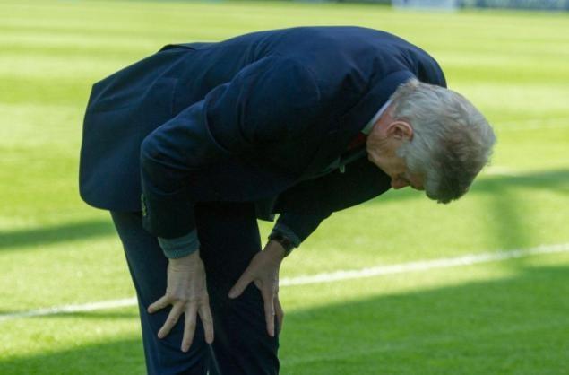 Khoanh khac HLV Wenger cui chao CDV Arsenal lan cuoi gay xuc dong hinh anh