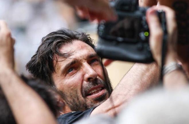 Buffon khoc nghen trong ngay chia tay Juventus hinh anh