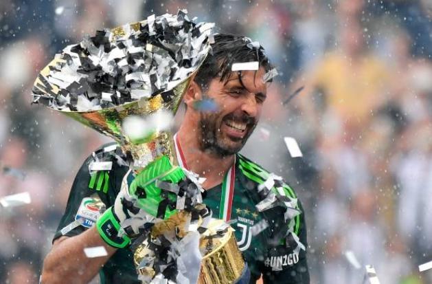 Buffon khoc nghen trong ngay chia tay Juventus hinh anh 4